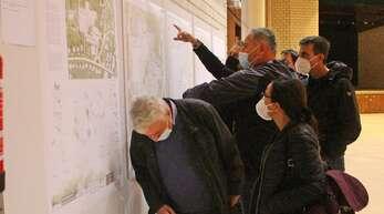 Andreas Kollefrath (mit schwarzem Mundschutz, zeigend) stand bei der Ausstellungs-Eröffnung auch für Besucherfragen zur Verfügung.