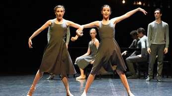 """Das Stuttgarter Ballett (hier """"Under the Surface"""" von Roman Novitzky mit Jessica Fyfe und Fernanda de Souza Lopeswieder) will für volle Reihen sorgen"""