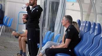 Lutz Siebrecht (re.) sitzt nicht mehr auf der Kickers-Bank – Trainer Mustafa Ünal muss am Mittwoch in Rielasingen-Arlen erstmals ohne den Sportlichen Leiter auskommen.