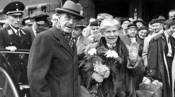 Thomas und Katia Mann bei ihrer Ankunft in Lübeck 1955