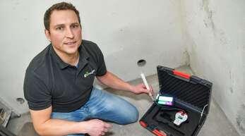 Der Fachmann Christian Schwenk misst die Radonbelastung in einem Keller.
