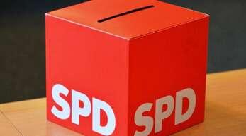 """Eine Wahlurne mit der Aufschrift """"SPD"""". In Nordrhein-Westfalen und Baden-Württemberg zeigen aktuelle Umfragen deutliche Zuwächse für die Sozialdemokraten. Foto: Martin Schutt/dpa-Zentralbild/dpa"""