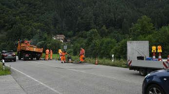 Bereits im August wurde die B33 zwischen Hausach und Gutach in der Nähe des Bahnübergangs geflickt. Im Oktober soll eine gründliche Sanierung des Asphaltaufbaus beginnen.