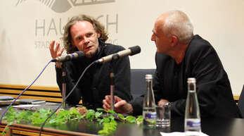 Christoph W. Bauer (links) als Stadtschreiber 2010 nach seiner Lesung im Rathaussaal mit Leselenz-Kurator José F. A. Oliver.