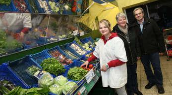 Claudia Lehmann (links) und ihre Eltern Hedwig und Ludwig Lehmann aus Oberharmersbach sind froh, dass es für sie eine Berufsorientierung im Christlichen Jugenddorf (CJD) in Offenburg gibt. Derzeit lernt die 17-Jährige im CJD-eigenen Geschäft am Offenburger Kopernikusplatz den Bereich Lebensmittelverkauf kennen.