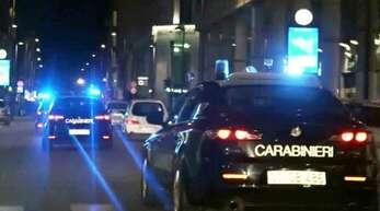Dieser Screenshot aus einem Video der italienischen Gendarmerie zeigt Carabinieri-Einsatzwagen Anfang Januar bei der Razzia gegen den 'Ndrangheta-Clan in Italien. Zeitgleich lief eine ähnliche Aktion auch in Deutschland.