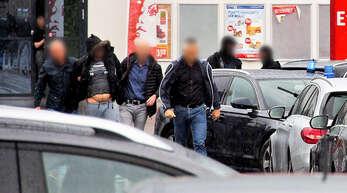 Ein Verdächtiger (2.v.l) im Missbrauchsfall in Freiburg wird von Polizisten festgenommen. Den Ermittlungen zufolge hatten die Mutter und ihr Lebensgefährte einen neunjährigen Jungen übers Internet für Vergewaltigungen angeboten.