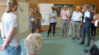 Die Jury, um ihren Vorsitzenden Reiner Nagel, begutachtet eine der sieben Präsentationen. Zehn Minuten hatte jede Gruppe Zeit, um ihr Projekt vorzustellen. Anschließend gab es eine fünfminütige Fragerunde.