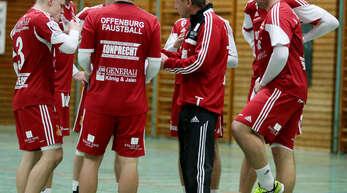 Nach dem Überraschungssieg aus der Vorwoche wollen die Offenburger Faustballer um Trainer Stefan Müncheberg (lange Hose) heute gegen Waibstadt nachlegen.