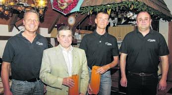 Für langjährige Mitgliedschaft in der Faustball-Gemeinschaft Griesheim ehrten die Vorsitzenden Alex Karch (links) und Thomas Fischer (rechts) Martin Lurker (30 Jahre, Zweiter von links) und Karl Siefert.
