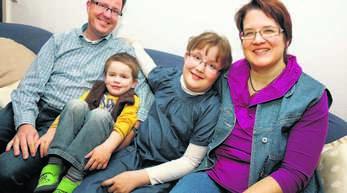 Die Offenburger Familie Breuer (von links Vater Ekkehard, die Kinder Julius und Amelie und Mutter Annette, lebt ein normales Leben, trotz der Nierenkrankheit ihrer Tochter.