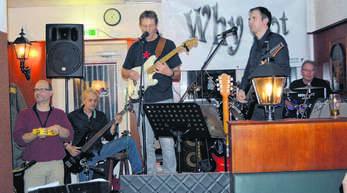 Die Musiker von »Why not« legten am Samstag im Haslacher »Irish Pub« eine tolle Show hin. Immer wieder ging der Spendenhut durch die Besucherreihen. Die Band sammelte 400 Euro für »Leser helfen«, die Spendenaktion der Mittelbadischen Presse.