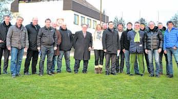 Sie alle trugen zum Bau des neuen Rasenplatzes zu ihren Füßen im Hornisgrindestadion bei (von links): Josef Tisch und Ralf Lorenz (SV Oberachern), Hans Jürgen Morgenstern (Freie Wähler), Thomas Hohgräbe (VfR Achern), Wolfgang Fischer (Freie Wähler), Carlo Fusaro (VfR), Gerhard Federle (Sparkasse), Gabi Engster (LBV Achern), Michael Müller (VfR), OB Klaus Muttach, Karl Früh (CDU), Christian Dusch (Südbadischer Fußballverband), Günther Santo und sein Nachfolger Martin Herminghaus von der Firma Bau und Grün, M