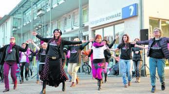 Gudrun Herold führte in Oberkirch den tänzerischen Protest für eine Welt ohne Gewalt an.