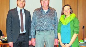 Bürgermeister Erik Weide (von links) begrüßte Harald Klenschewski im Gemeinderat und verabschiedete Irene Krieg (beide GLU).