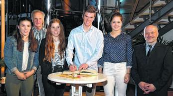 Seebach ehrte seine herausragenden Sportler und sie trugen sich ins Goldene Buch der Gemeinde ein. Das Bild zeigt (von links): Sabrina Fischer, Roland Käshammer, Alina Bohnert Josua Strübel Antonia Seydel und Bürgermeister Reinhard Schmälzle.