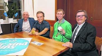 Harald Unser von der Lebenshilfe sprach mit den Behindertensportlern des Jahres 2017 Niko Kappel und Manuel Maier vom LBV Achern (von links). Rechts Bernhard Conrads von Special Olympics Deutschland.