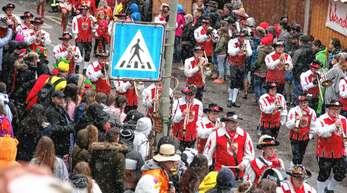 Statt Konfetti gab es vereinzelte Schneeflocken: Tausende Besucher bestaunten den Rosenmontagsumzug, an dem sich in diesem Jahr 98 Gruppen und rund 3000 Hästräger beteiligten.