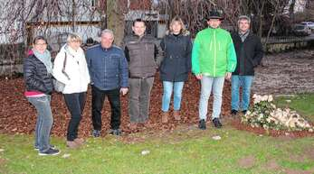Nußbachs Ortsvorsteher Joachim Haas (rechts) und Mitglieder des Ortschaftsrates am Baum auf dem Friedhof, unter dem jetzt Urnenbestattungen möglich sind.