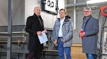 Berthold Schmidt, Geschäftsführer der Wärmeversorgung Oppenau (von links), erläuterte dem Landtagsabgeordneten Thomas Marwein und Bürgermeister Uwe Gaiser die Funktionsweise der Heizzentrale.