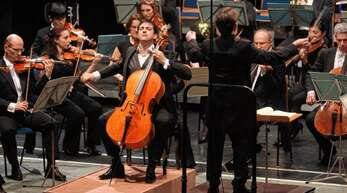 Die Nürnberger Symphoniker bei ihrem Auftritt in der Lahrer Stadthalle. Vorne in der Mitte der kanadische Cellist Ariel Barnes.