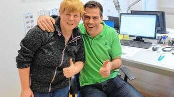 Hannes Maier an seinem neuen Arbeitsplatz in Berlin mit Daniela Huhn, Fußballerin bei den Special Olympics. Gemeinsam gestalten die beiden einen Athleten-Blog für die sozialen Netzwerke.