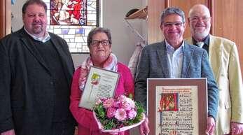 Ehrung beim Katholischen Kirchenchor Heiligenzell (von links): Pfarrer Steffen Jelic, Hildegard Hahn, Chorleiter Georg Eichner und Vorsitzender Gerold Kadenbach.