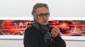 »Eisenbahn rot!« hat Axel Bleyer die fast drei Meter breite Fotografie hinter ihm genannt. Sie gehört zur neuen Ausstellung in der Städtischen Galerie Offenburg.