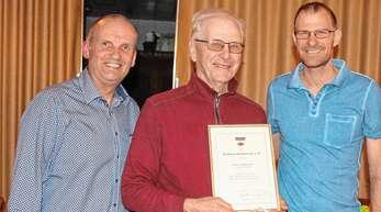 Auszeichnung von Ludwig Treier beim Schwarzwaldverein Nußbach: von links Joachim Löher, Ludwig Treier und Lorenz Kirchheim.
