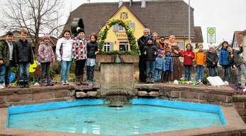 Fleißig: Grundschulkinder packten gestern beim Schmücken des Schutterner Osterbrunnens mit an.