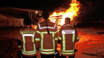 Sicherheitsdienste gehören zu den Aufgaben der Sasbacher Feuerwehr wie hier beim Rauhnachtsfeuer an Fasnacht.