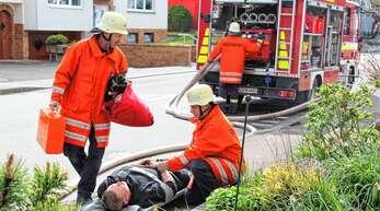 Menschenrettung stand bei der Feuerwehrübung in Nußbach im Vordergrund.