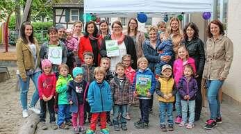Der evangelische Kindergarten »Kunterbunt« in Kürzell ist wieder ein »Haus der Forscher«. Darüber freuen sich unter anderem die Erzieherin Claudia Göppert und Leiterin Vanessa Polzin (von links, mit Urkunden).