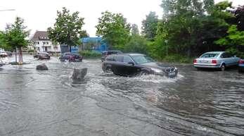 Starke Regenfälle suchten am Dienstagabend Achern heim. Die Berliner Straße war zeitweise überschwemmt.