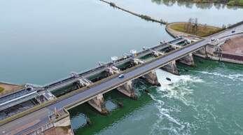 Die Rheinbrücke bei Freistett – hier eine Archivaufnahme der deutschen Seite vor dem Bau der Radwegbrücke – ist ab 4. Juni für drei Monatevoll gesperrt.