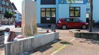 Das Thermometer klettert nach oben – doch der Dreiangel-Brunnen in Oberschopfheim ist trocken. Auch der Geldautomat neben ihm steht noch nicht.