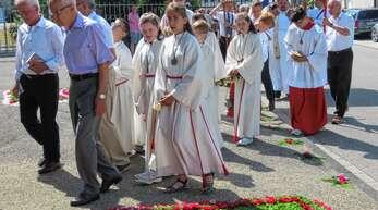 Die feierliche Prozession zog durch Heiligenzells Straßen. Gerade vor der Kirche waren die Blumenteppiche geprägt vom Herzen Jesu.