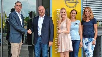 Von links: Geschäftsführer Karlheinz Rau übergibt das Autohaus Hatz in Achern an Michael Mauerhoff aus Bühl, der es mit seinen Töchtern Nina (Service) und Carolin (Verkauf) sowie Gattin Gitte Mauerhoff (Finanzen) unter neuem Namen ab dem 2. Juli führen wird.