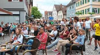 Bangen auf der Oberkircher WM-Meile: Auch vor der »Tränke« fieberten die Fans mit der deutschen Fußball-Nationalmannschaft mit.
