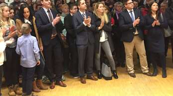 Die Reaktion der Kandidaten und ihrer Ehefrauen unmittelbar nach Verkündigung des Ergebnisses.