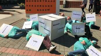 Vor dem Landratsamt in Offenburg hat sich Protest gegen mögliche Klinikschließungen formiert.
