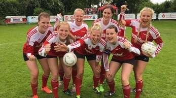 Ines Muckle, Annika Foit, Jasmin Muckle, Carina Korfmacher, Luisa Hertweck, Barbara Heisch und Jana Landwehr (von links) vom FBC Offenburg feiern die Vizemeisterschaft.