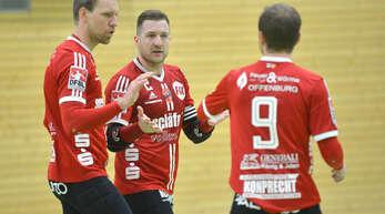 Sven Muckle, Stefan Konprecht und Oliver Späth (v. l.) freuen sich über den Auswärtssieg des FBC Offenburg.