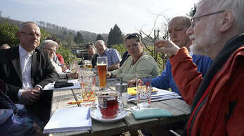 Rechtsanwalt Ralf Bernd Herden (links), selbst Mitglied im Kleingärtnerverein, unterstützt die Kleingärtner um den Vorsitzenden Martin Jeske (zweiter von rechts). Grünen-Gemeinderat Claus Vollmer (rechts) war zusammen mit Walter Caroli und Roland Hirsch (SPD) zur Sitzung gekommen.