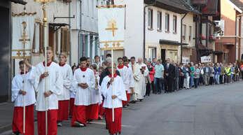 In einem langen Zug durch Zell formierten sich die Gläubigen am Samstag zur Gelöbniswallfahrt. Die Prozession führte zur Wallfahrtskirche.