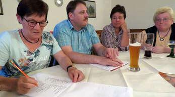 Monika Glaser, Udo Wäldin, Irene Leonhard-Hahn (alle Heimat- und Kulturverein) und Wirtin Heidi Roth beim ersten Mundart-Stammtisch in Meißenheim (von links).