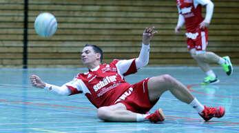 Gegen Bundesliga-Spitzenreiter TSV Pfungstadt müssen sich Michael Haas und die Offenburger Faustballer am Sonntag mächtig strecken.