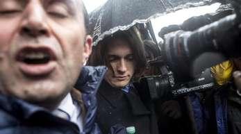 Raffaele Sollecito (M.), der Mitangeklagte vonAmanda Knox, auf dem Weg ins Gericht.