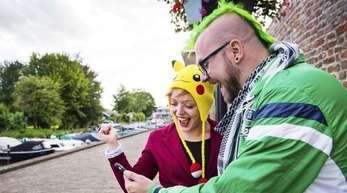 Auf einmal scheint die ganze Welt nach «Pokémon» verrückt zu sein. Hier spielen zwei begeisterte Fans in den Niederlanden.