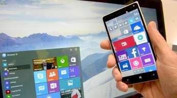 Das Betriebssystem Windows 10 für Smartphones und PC auf dem Microsoft-Stand der CeBIT 2015 in Hannover.